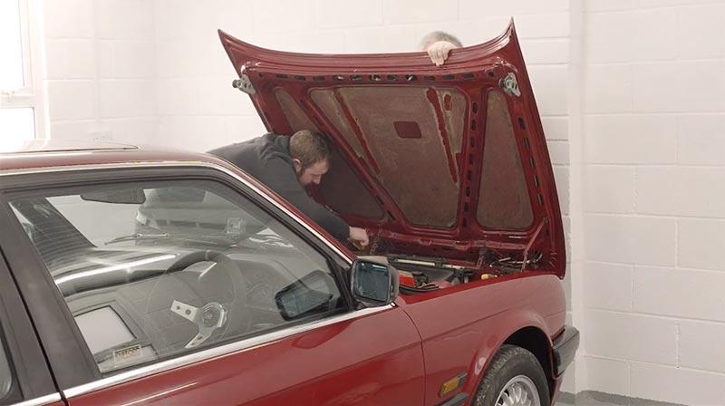 Removing an E30's bonnet or hood