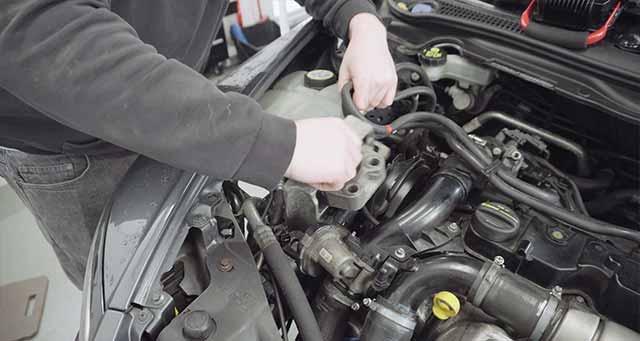 Removing Volvo V50 D2 engine mount.